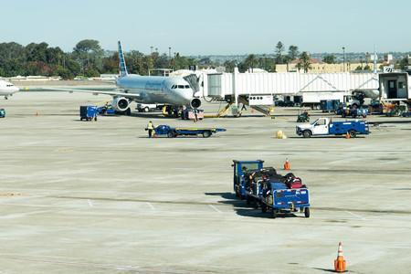 Aviones en la rampa en el aeropuerto de San Antonio