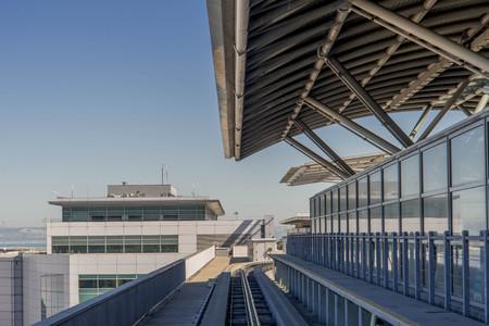 Por encima de las vías del tren de tierra del aeropuerto en el aeropuerto de San Francisco Internacional