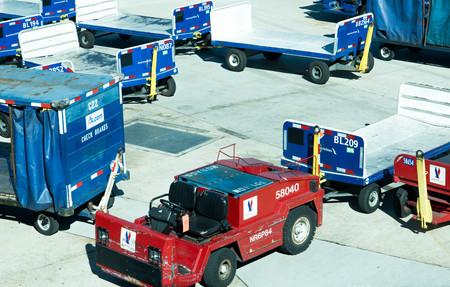 carritos de equipaje en la rampa de la zona de operaciones en el aeropuerto de San Antonio Editorial