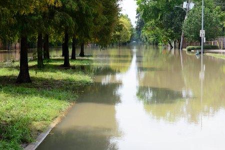 ポスト ハリケーン ハーヴェイ記念ドライブで北カークウッド道路ヒューストンの洪水