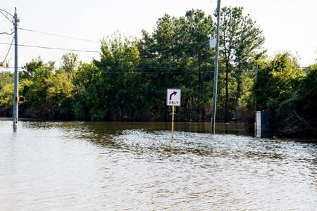 Stehendes Wasser in Houston von Hurrikan Harvey, auf Eldridge in der Nähe von Addicks Reservoir Standard-Bild - 87295874
