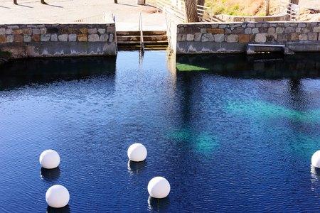 Agujero de agua natural Blue Hole, New Mexico, a lo largo de la antigua ruta 66