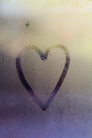condensacion: El amor del corazón dibujado en la condensación en la ventana