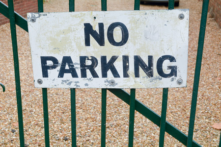 no parking: Aucun signe de stationnement sur la porte