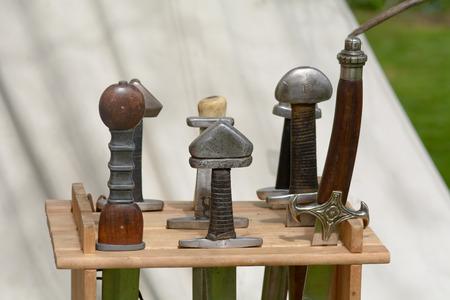 vikingo: Vikingo empuñaduras de espada