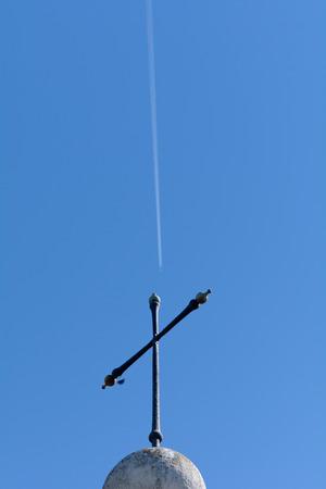 jet stream: Cruz Tumba con corriente en chorro avi�n en el cielo Foto de archivo