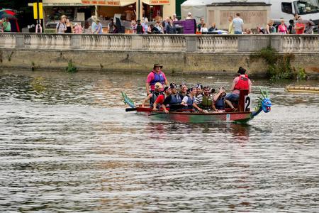 bateau de course: Bedford, en Angleterre Juillet 19, 2014: Dragon de courses de bateau � Bedford River Festival