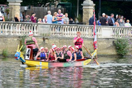 bateau de course: Bedford, en Angleterre Juillet 19, 2014: Dragon de courses de bateau à Bedford River Festival