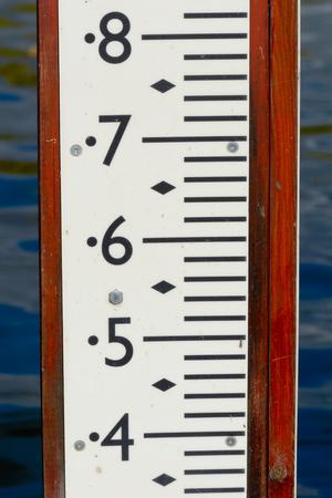 tiefe: Wassertiefenmarkierung in Fluss