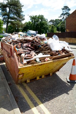 saltar: Los constructores saltaron llenos de basura