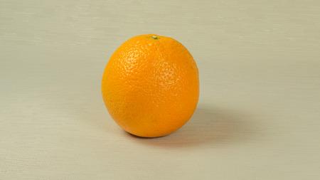 naranja fruta: Fruto de naranja sobre fondo gris Foto de archivo