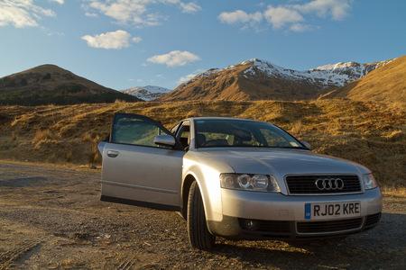 long weekend: Fort William in Scozia MARZO 2013: Un basso angolo di vista di una vettura Audi grigia di fronte a paesaggi pittoreschi scozzese in una giornata di sole con le nubi limitate