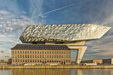 앤트워프, 벨기에 - 10 월 20 일 : 앤트워프의 새 포트 하우스 용도 변경, 항구에 대한 새로운 본사로 개조, Zaha Hadid, 그녀의 마지막 프로젝트 작성 에디토리얼