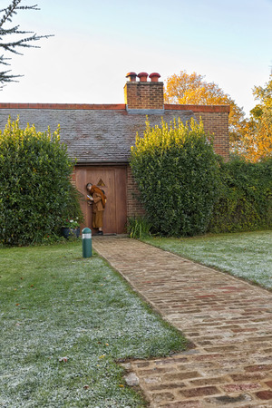 monasteri: Hemel Hempstead, England - November 2016: Monk knocking on the Abbots door, at Amaravati Buddhist Monastery. The monastery is inspired by the Thai Forest Tradition and the teachings of the late Ajahn Chah, a Thai monk, a Thai monk and renowned Dhamma tea