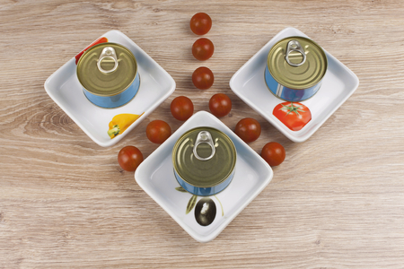 comidas saludables: Fish  canned tuna in olive oil healthy meals with vegetables bank of canned tuna fish with blue label