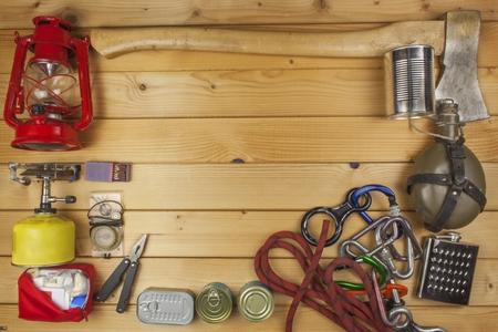 夏キャンプの準備。壮大な冒険に必要なもの。キャンプ用品の販売。キャンプ包装用具。木の板にキャンプ用品。
