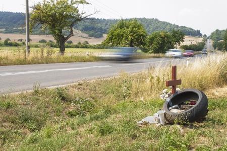 muerte: Sitio Memorial un verdadero trágico accidente de tráfico en un camino rural. En lugar de la muerte de motociclistas. Velocidad mortal peligroso. El peligro de accidentes. El exceso de velocidad en las carreteras. Monumento cerca de la carretera. Foto de archivo