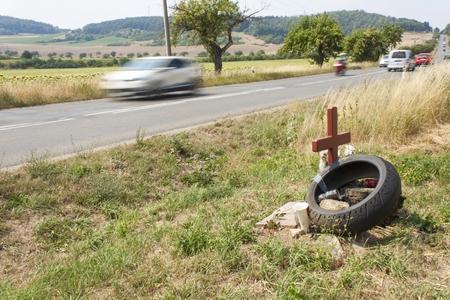 peligro: Sitio Memorial un verdadero tr�gico accidente de tr�fico en un camino rural. En lugar de la muerte de motociclistas. Velocidad mortal peligroso. El peligro de accidentes. El exceso de velocidad en las carreteras. Monumento cerca de la carretera. Foto de archivo