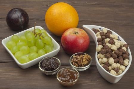 comiendo frutas: Desayuno de la dieta saludable de avena, cereales y fruta. Los alimentos llenos de energ�a para los atletas. El concepto de alimento de la dieta. Preparar el desayuno casero. Dieta vegetariana. La comida en una mesa de madera.
