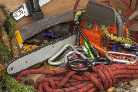 herramientas de trabajo: Herramientas para árboles de recorte, arbolistas de servicios públicos. Sierra de cadena, cuerda y mosquetones para trabajar leñador. Arborist - médicos árboles