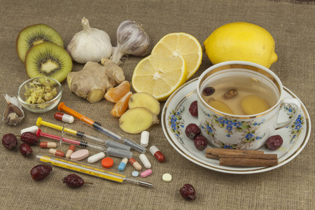 colds: Treatment of influenza and colds. Traditional medicine and modern treatment methods. Domestic treatment of the disease. Natural remedies against disease. Hot tea with honey and lemon