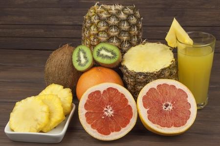 pomelo rojo y frutas para bajar de peso. alimento dietético fresco para los atletas. Fruta en una mesa de madera. Composición con la variedad de frutas frescas. dietas equilibradas. Surtido de frutas exóticas. Foto de archivo
