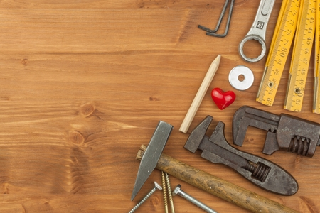 一連のツールおよび木製の背景にある楽器。家事のためのツールの種類。家の修理。父の日。