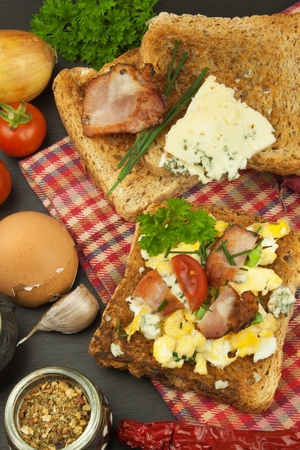 dietary supplements: Toast with scrambled eggs. Quick and nutritious breakfast. Eggs with vegetables and bacon. Dietary supplements for athletes. Protein meal.