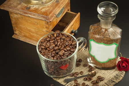 soluble: Granules of instant coffee background. Instant coffee in a glass dish. Preparation of soluble coffee. Decorate store coffee.