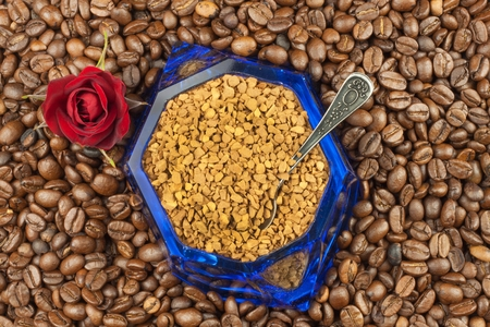 soluble: Coffee beans and instant coffee. Granules of instant coffee background. Instant coffee in a glass dish. Preparation of soluble coffee. Decorate store coffee.