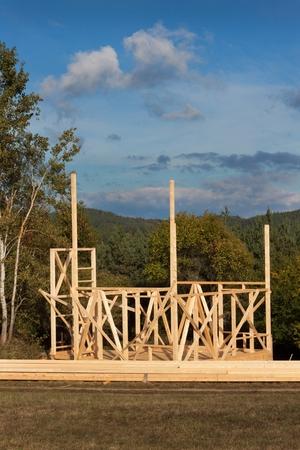 Bau Eines Holzhauses In Den Wald. Der Bau Des Hauses. Ökologisches Bauen.  Bau