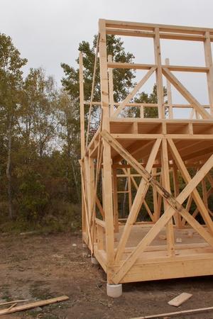 Drizzly Herbsttag Auf Der Baustelle. Bau Eines Holzhauses Im Wald. Der Bau  Des Hauses