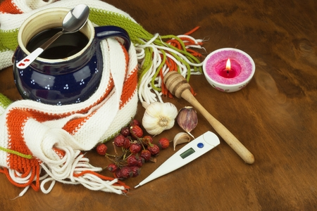 termometer: Traditional medicine against colds and flu. Rosehip tea. Treatment of the disease.