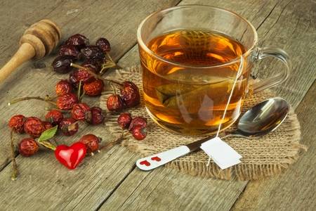 colds: Hot tea for colds. Traditional home treatment for colds and flu. Rosehip tea, honey and citrus. Home Pharmacy. Proven treatment of diseases.