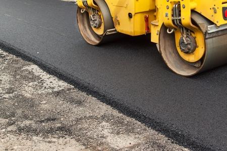 新しいアスファルト。道路のアスファルト工事。 建設工事