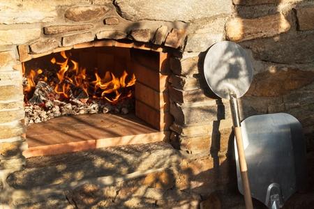 ホーム屋外石ピザ オーブン。伝統的なピザの生産。夕食の準備