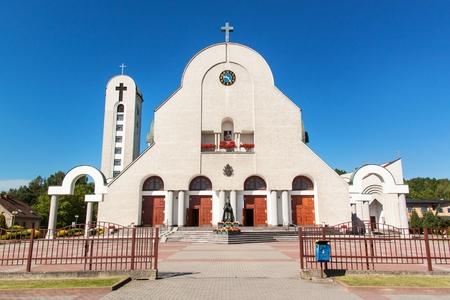nascita di gesu: WADOWICE, POLONIA, 5 agosto 2017: Wadowice è il luogo di nascita di Papa Giovanni Paolo II. Chiesa di San Pietro Apostolo. Statua del Papa Giovanni Paolo II