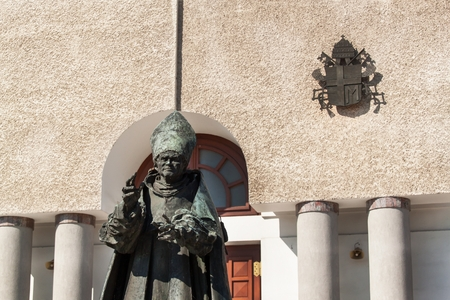 nascita di gesu: WADOWICE, POLAND, August 5, 2017: Wadowice is the place of birth of Pope John Paul II. Church of St. Peter the Apostle. Statue of the Pope John Paul II Editoriali