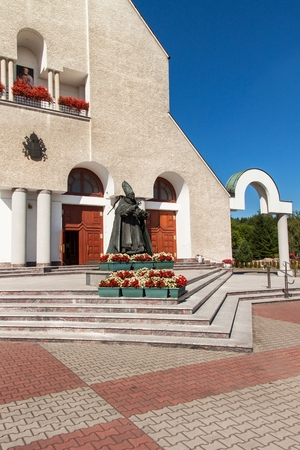 nascita di gesu: WADOWICE, POLAND, August 5, 2017: Wadowice is the birthplace of Pope John Paul II. Church of St. Peter the Apostle. Statue of the Pope John Paul II