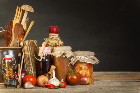台所のテーブルや食材を調理します。野菜とキッチン ツールです。健康食品のレシピ。家庭料理のための広告