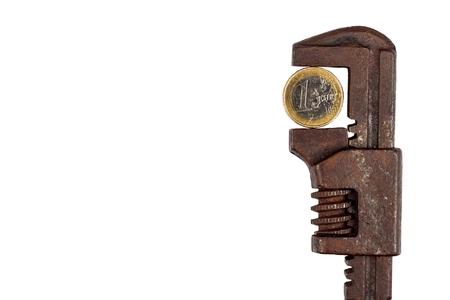 클램프에서 유로 동전입니다. 경제 위기의 위험. 통화의 하락. 화이트 절연