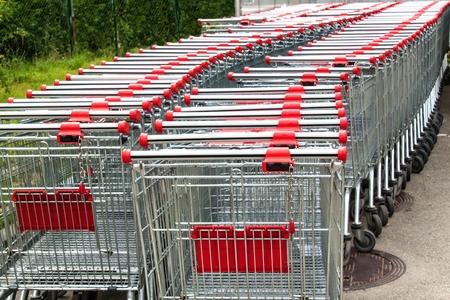Rangée de caddies vides. Parking au supermarché. Symbole d'achat. Chariots en métal. Banque d'images