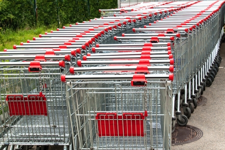 Reihe leerer Einkaufswagen. Parken beim Supermarkt. Shopping-Symbol. Wagen aus Metall. Standard-Bild