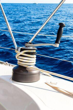 Segelboot-Winde und Seilyacht-Detail. Segeln. Segeln auf dem Meer. Nahaufnahme auf Yacht-Kurbel, Segelsport, Segelboot-Detail, Sommerurlaubskonzept Standard-Bild