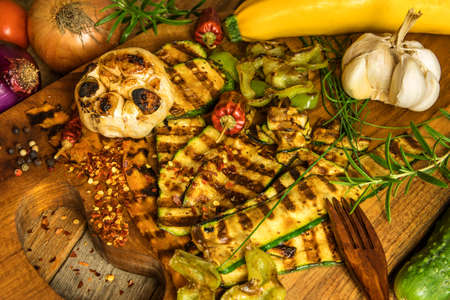 Grilled zucchini and carrots. Vegetarian food. Grilled vegetables. Summer picnic. Preparing a home party. Standard-Bild