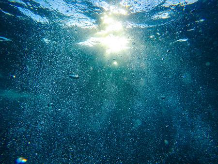 Burbujas de aire bajo el agua Foto de archivo - 84448473