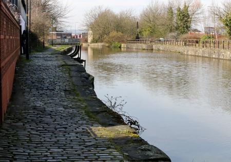 リーズ・リバプール運河沿いを走る荒くて凹凸のある石畳のトウパス