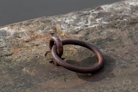 運河の牽引路上の小さな錆びた金属リング 写真素材