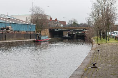 運河と一緒に産業工場の単位 写真素材