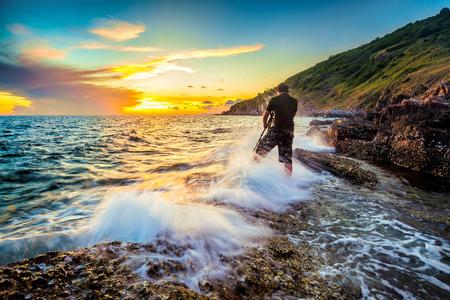 este hombre es un fotógrafo tomar una foto de la mar en kaoleamya, Rayong, Tailandia.